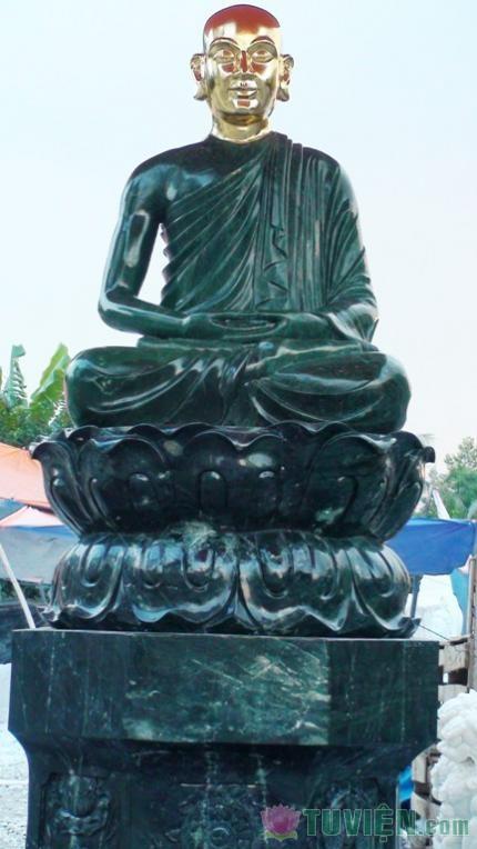 Tượng Phật hoàng bằng ngọc đã được dát vàng
