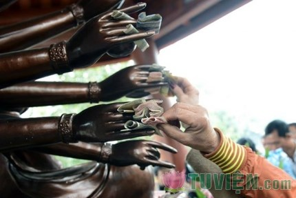 Đúng hay sai việc dúi tiền vào tay Phật