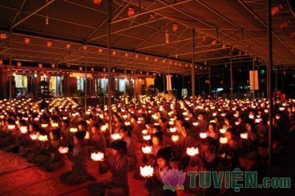 Hàng trăm ngọn nến lung linh dâng lên Cha Mẹ tại khóa tu Hiếu Hạnh