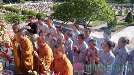 Hà Tĩnh: Ban trị sự thắp hương tưởng niệm tại lễ đài liệt sỹ