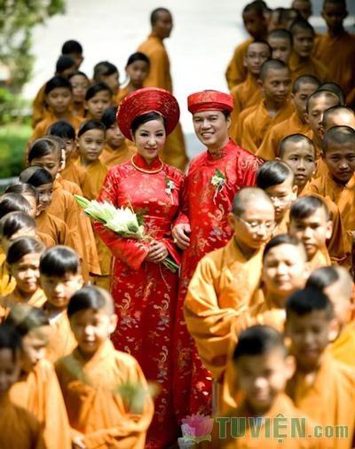Người trẻ hân hoan trong đám cưới trầm mặc nơi cửa Phật