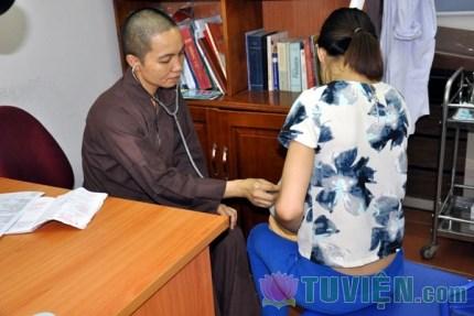 Vị nữ tiến sỹ quy y cửa Phật để khám chữa miễn phí cho người nghèo