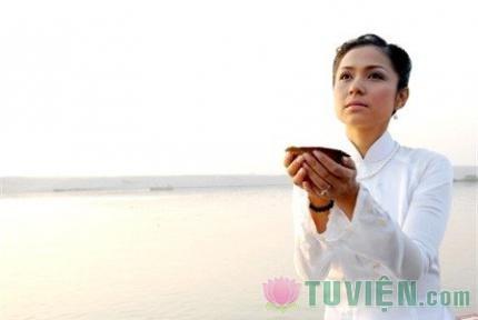 Việt Trinh tìm bình an nơi cửa Phật